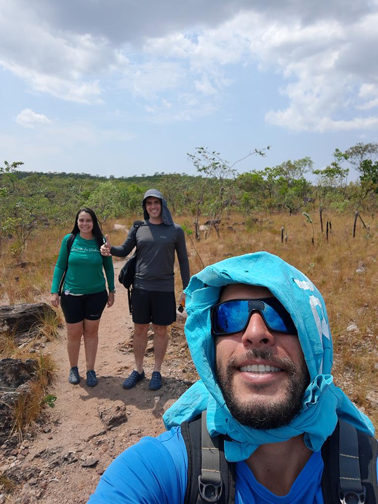 Diego Marques, guia de turismo local, conduzindo dois visitantes pelo Parque Nacional da Chapada dos Veadeiros
