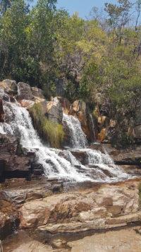 Cachoeira almécegas 2 em visão vertical vista das pedras que ficam ao lado