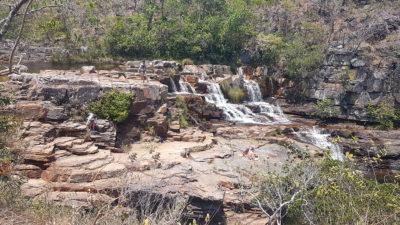 Cachoeira Almécegas 2 na Chapada dos Veadeiros com visão panorâmica das pedras e formações geológicas