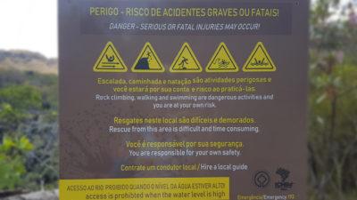 Placa de perigo com alertas de riscos e recomendações para a trilha do carrossel no parque nacional da Chapada dos Veadeiros