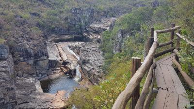 Trilha suspensa em deck de madeira com vista para cachoeira do carrossel no parque nacional da chapada dos veadeiros