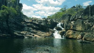 Cachoeira do Carrossel no parque nacional da Chapada dos Veadeiros no período de setembro pela manhã em dia ensolarado vista de frente