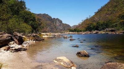 Uma pequena prainha formada no poço da cachoeira do Garimpão dos Saltos do rio Preto de 80 metros