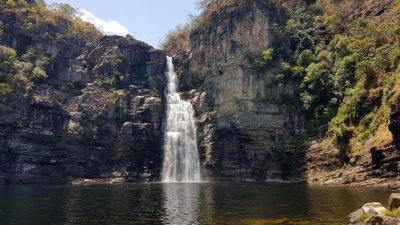 cachoeira do garimpão pela manhã no mês de setembro com águas claras e muito sol. Saltos do rio preto de 80 metros do parque nacional da chapada dos veadeiros