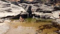 Turistas tomando banho na segunda piscina do Vale da lua na Chapada dos Veadeiros