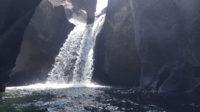 Cachoeira secreta na primeira piscina natural do Vale da Lua na Chapada dos Veadeiros que só é possível visitar no período da seca, momento registrado em setembro