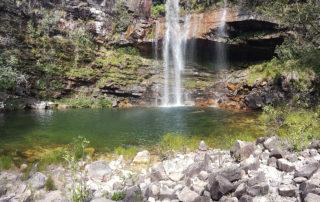 cachoeira do Cordovil na Chapada dos Veadeiros com pedras ao redor do poço