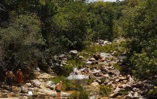 rio do poço esmeralda com platôs de pedras