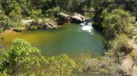 Piscina natural formada pela cachoeira do Rodeador na Chapada dos Veadeiros