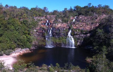 Cachoeira do Poço Encantado vista por cima com prainha do lado esquerdo na Chapada dos Veadeiros