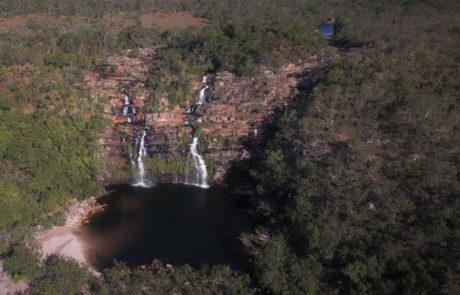 Cachoeira do Poço Encantado vista de cima através de um drone