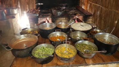 Almoço feito em fogão à lenha no restaurante kalunga Auriana perto do CAT do Engenho na cachoeira Santa Bárbara na Chapada dos Veadeiros