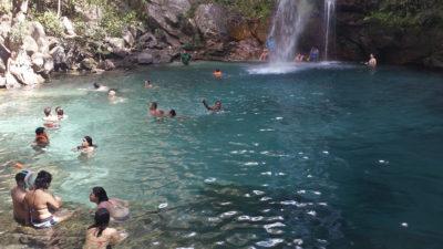 Turistas curtindo o poço cristalino da cachoeira Santa Bárbara na Chapada dos Veadeiros