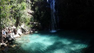 Contraste de sombra com água verde turquesa da cachoeira Santa Bárbara na Chapada dos Veadeiros