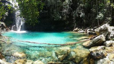 Cachoeira Santa Bárbara com visão panorâmica com foco no poço azul turquesa aproximadamente meio-dia.