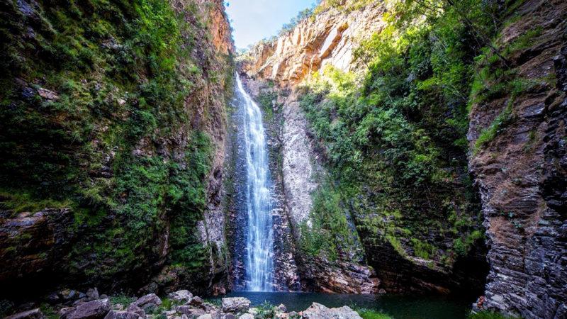 Imagem panorâmica da cachoeira do Segredo na Chapada dos Veadeiros num final de tarde