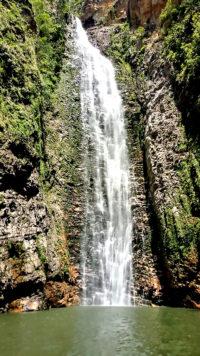 Cachoeira do Segredo em dia ensolarado no período de chuvas na Chapada dos Veadeiros