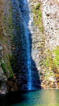 Cachoeira do Segredo batendo um sol no poço no período da manhã na Chapada dos Veadeiros