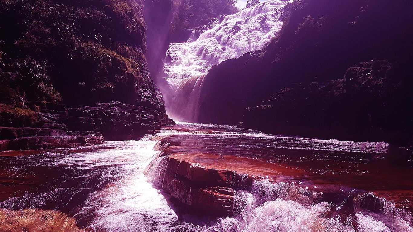 Cataratas dos Couros na Chapada dos Veadeiros no platô de pedra com vista para cachoeira Almécegas 1000 e cachoeira do Parafuso no período de chuva