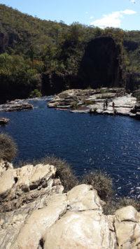 Última piscina natural da trilha das Cataratas dos Couros formada pela cachoeira do Buracão na Chapada dos Veadeiros com penhasco no final
