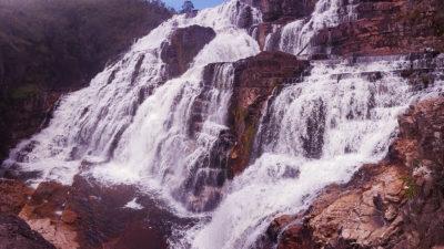 Visão Panorâmica da cachoeira Almécegas 1000 nas cataratas dos Couros na região da Chapada dos Veadeiros