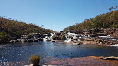 Pequenas quedas da trilha das cataratas dos Couros na Chapada dos Veadeiros com linda piscina natural na época da seca