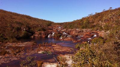 Vista do Mirante mais alto da trilha das Cataratas dos Couros no período de seca com piscinas naturais