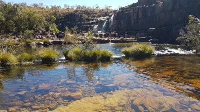 Piscinas naturais com água límpida no período da seca, formadas na cachoeira da Muralha nas cataratas dos Couros na Chapada dos Veadeiros