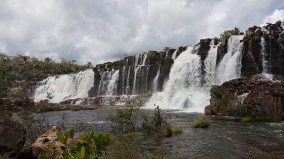 A força das águas nas cataratas dos Couros, formando a cachoeira da Muralha na Chapada dos Veadeiros no período de chuva.