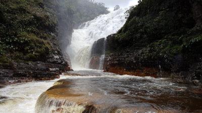 Vista do platô de pedras de piscina natural e cachoeiras do parafuso e almécegas 1000 nas cataratas dos Couros na Chapada dos Veadeiros em período chuvoso