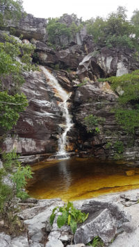 Cachoeira do abismo com pouca água e paredão de pedras