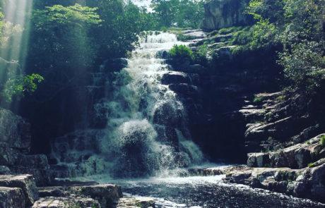 Cachoeira dos Arcanjos com reflexo da luz do sol na Chapada dos Veadeiros