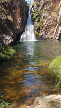 Reflexo das águas cristalinas da cachoeira da Caverna na Chapada dos Veadeiros