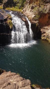 Cachoeira da luz com água do poço da cor verde esmeralda