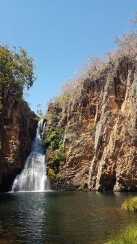 Cachoeira da Caverna com enorme paredão do cânion e o poço