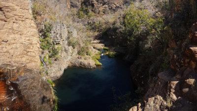 Vista do topo da cachoeira da Caverna para o poço
