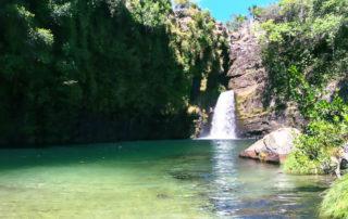 Cachoeira Rei do Prata com água verde esmeralda na Chapada dos Veadeiros