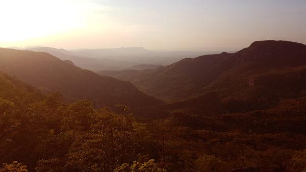 Pôr-do-sol no mirante da Janela com vale ao fundo