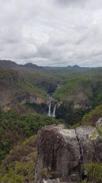 Visão do platô de pedras que fica no mirante da Janela para o parque nacional da Chapada dos Veadeiro com a cachoeira de 120 metros e do garimpão no fundo