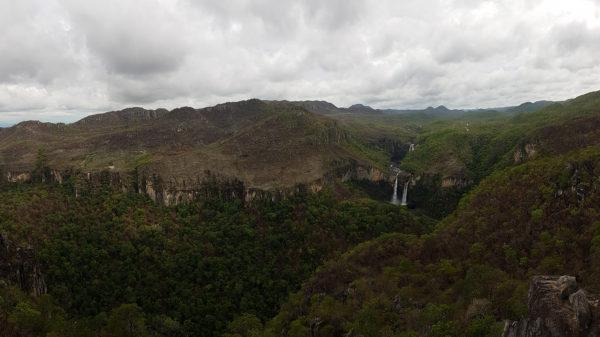 Vista panorâmica do vale com os saltos do rio Preto do mirante da Janela