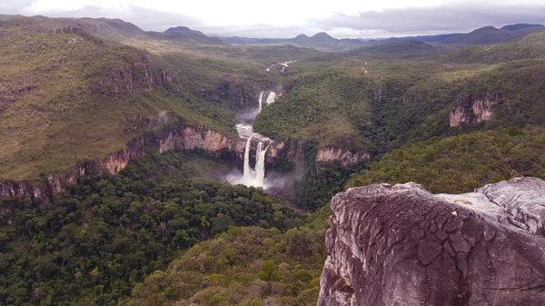 Zoom nas cachoeiras dos saltos de 120 e 80 metros do parque nacional da Chapada dos Veadeiros vista na parte mais alta do Mirante da Janela