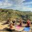 Aula de yoga personal no mirante da janela