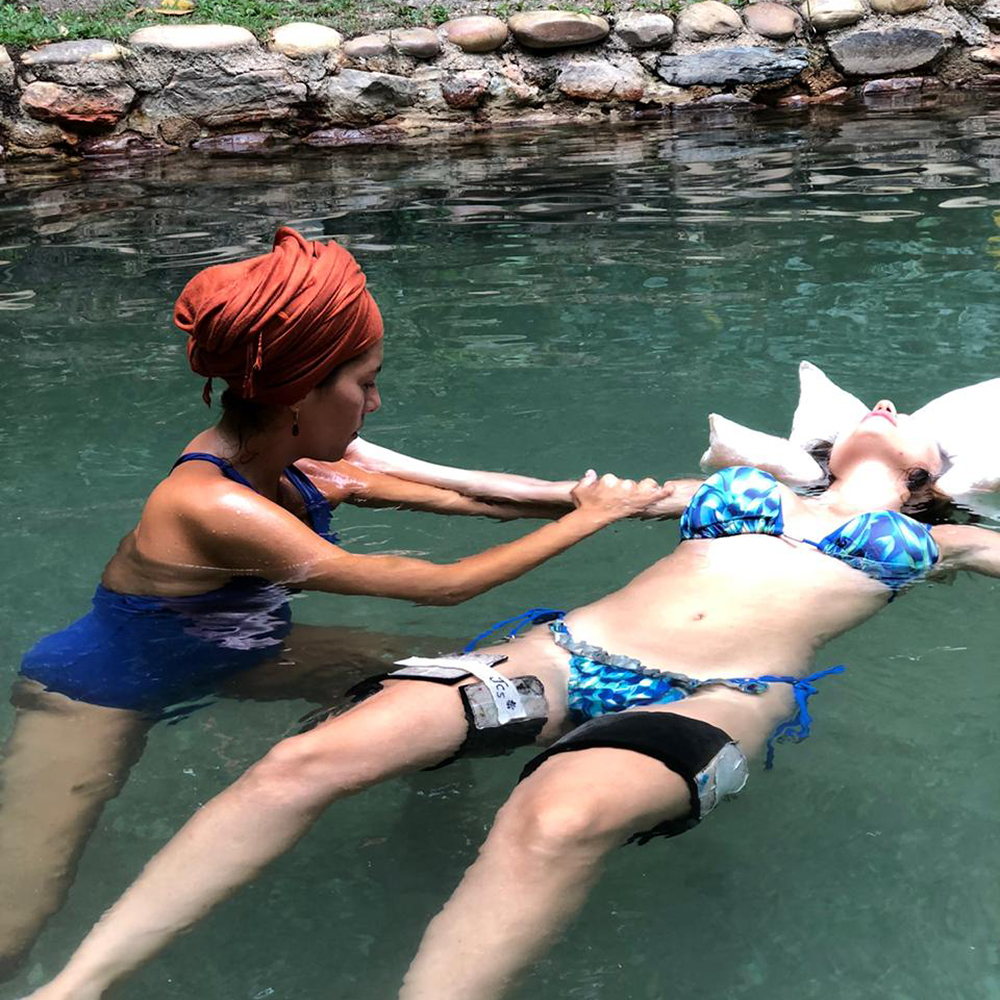 Hidroterapia de watsu nas águas termais da Chapada dos Veadeiros