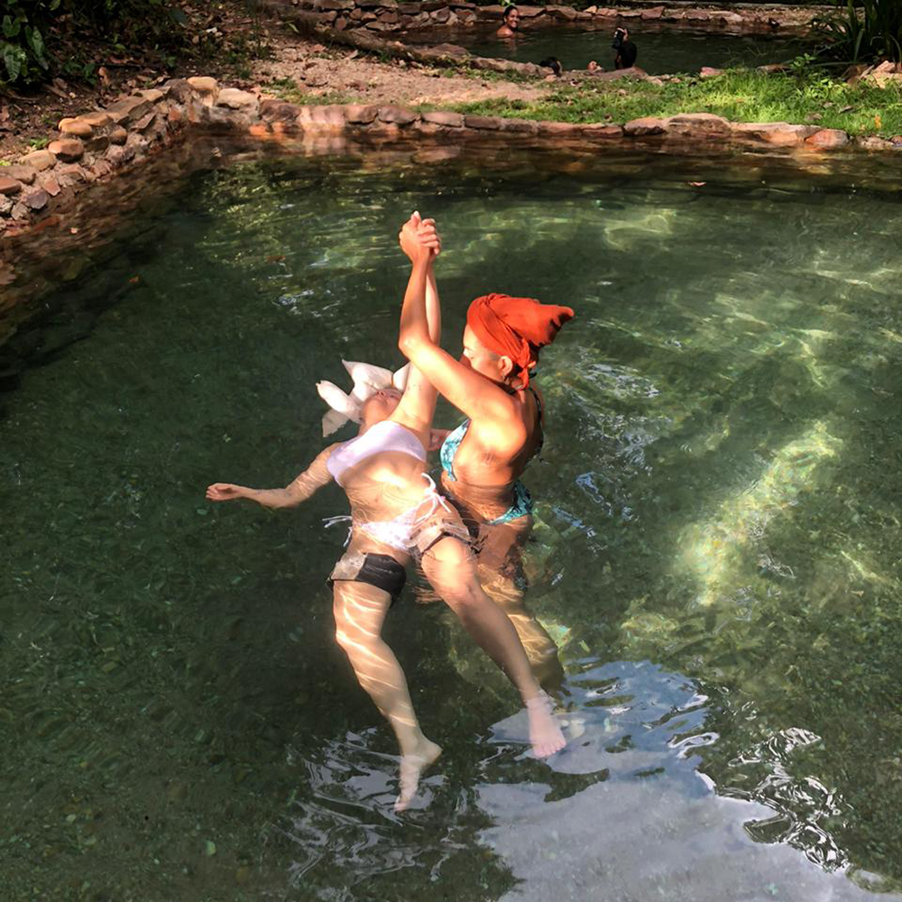 Movimento passivo de hidroterapia watsu na Chapada dos Veadeiros