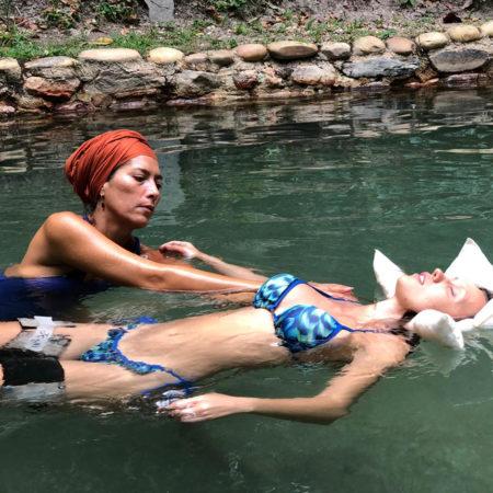 Hidroterapia Watsu em águas termais na Chapada dos Veadeiros